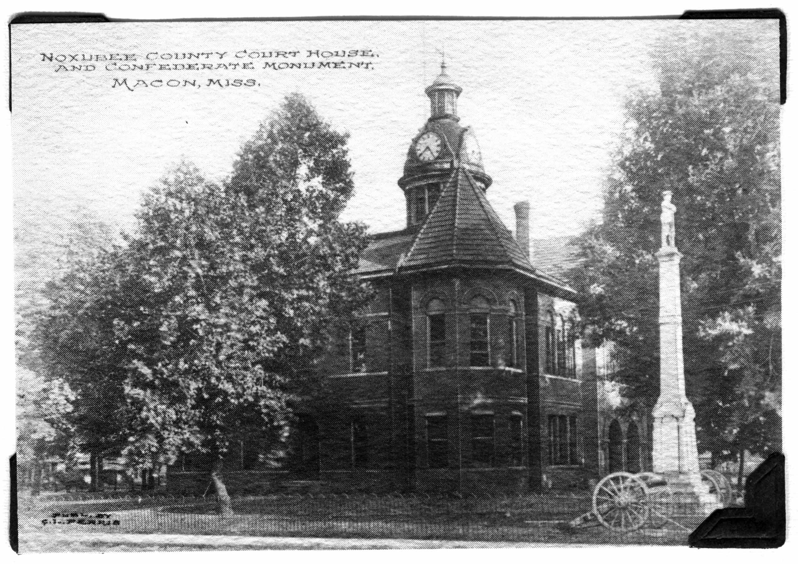 Noxubee County Court House and Confederate Monument in Macon, Mississippi
